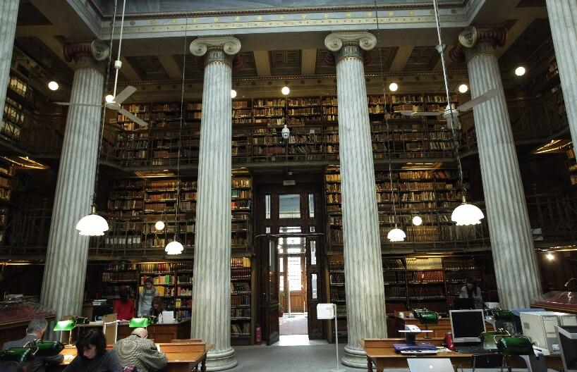 Čitalac u nacionalnoj biblioteci Grčke