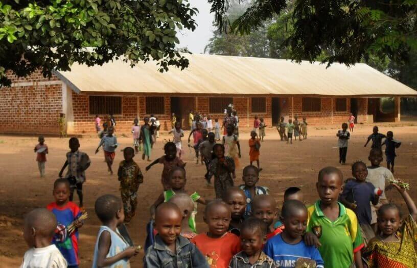 Deca ispred osnovne škole