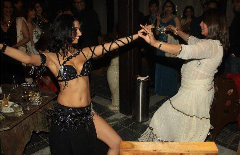 Arapska trbušna plesačica na privatnoj zabavi