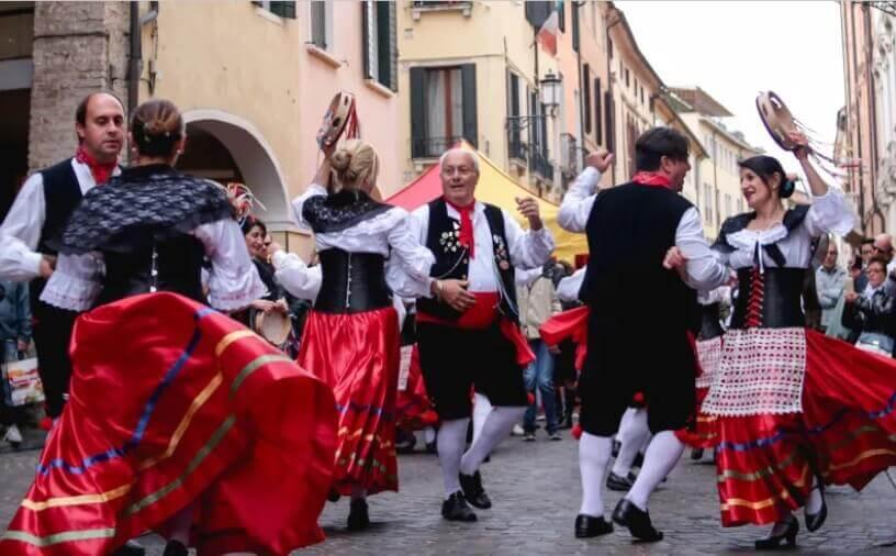 Ples na ulicama Italije