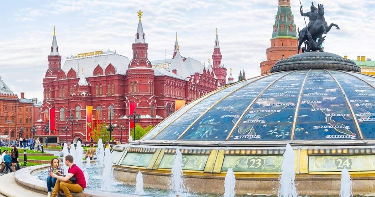 Fontana Svetski Sat, Trg Manezhaya u Moskvi